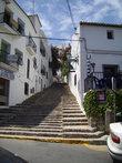 Эта лестница ведет в старый город,расположенный на холме