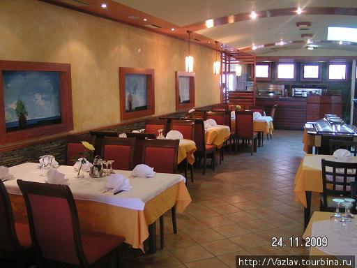 Пустынный зал ресторана — можно выбрать любое место