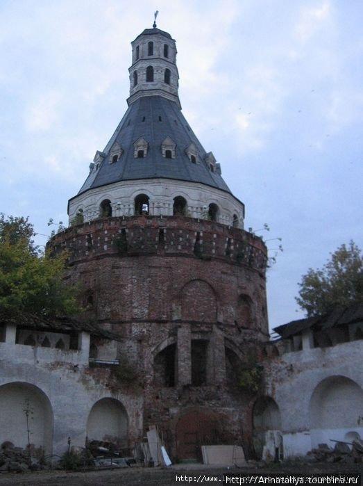 Одна из башен монастыря. Трава на крыше до сих пор растет. :(