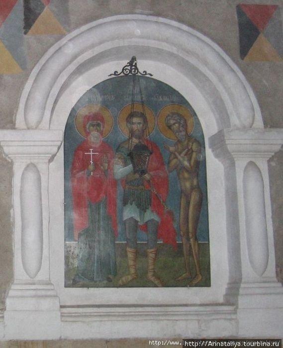 Говорят, что эта икона в стене храма мирроточит... (Нечеткое изображение получилась из-за пыли, которая витала в воздухе. Даже вечером здесь не прекращались реставрационные работы).