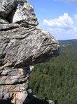 Некоторые скалы напоминают знаменитых парижских горгулий из Нотр-дам-де-Пари