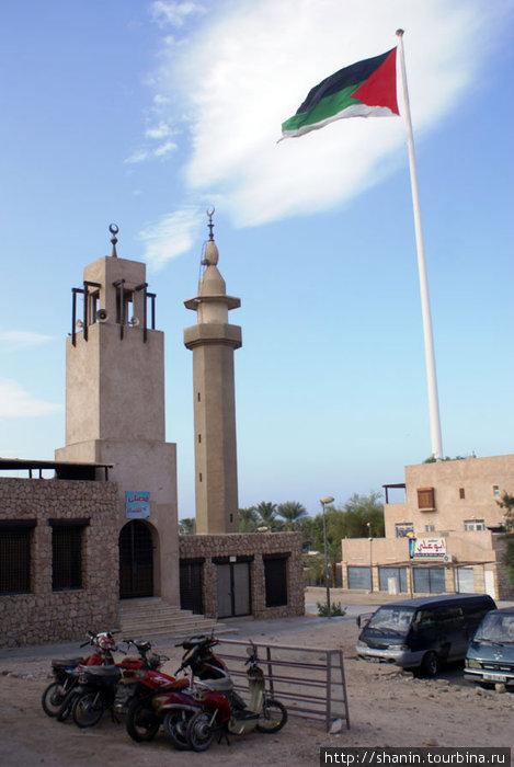 Мечеть и гигантский флаг Иордании