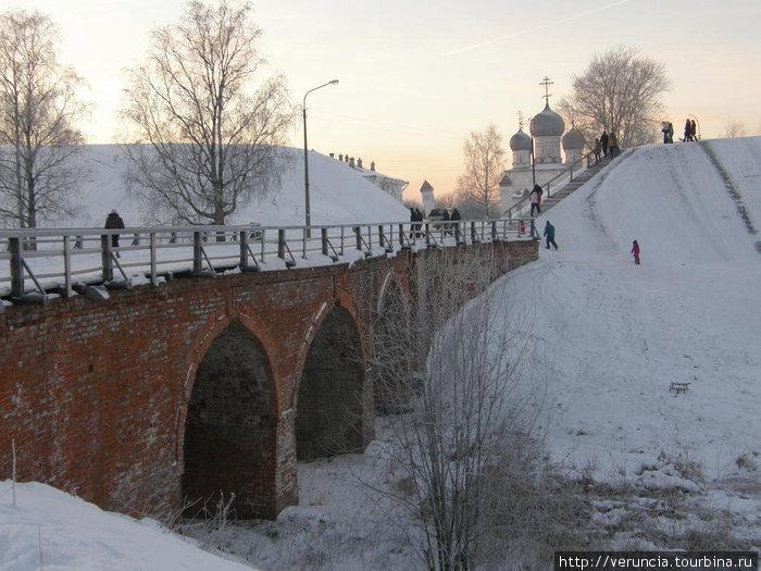 Мост, ведущий к Преображенскому собору.