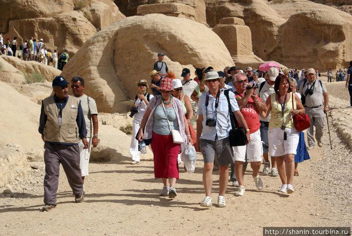 Туристы дружною толпой