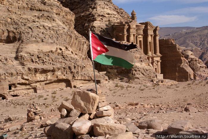 Иорданский флаг перед Монастырем