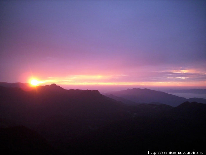 первые лучи солнца над горами Шри-Ланки