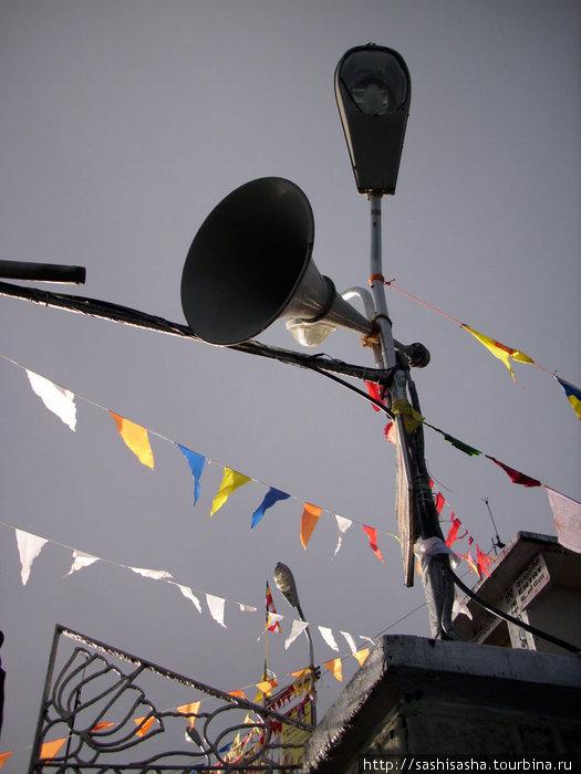 Из граммофона разносится музыка надо всей округой!
