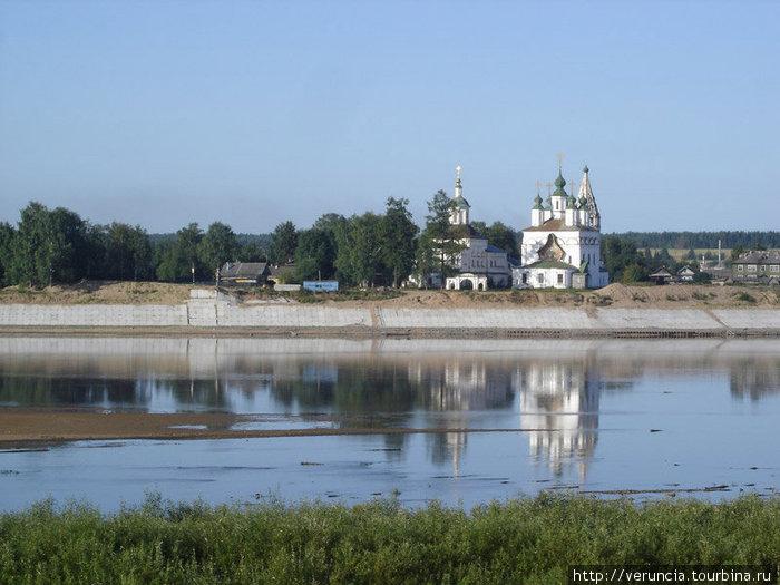 Вид на слободу с Соборной горы. Слева Сергиевская, справа Дмитриевская церкви.