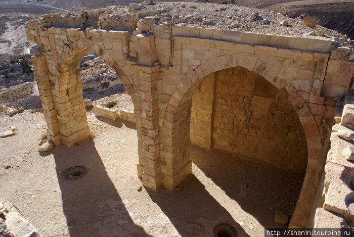 Руины дворца — резиденции владельца замка Монт Реалис