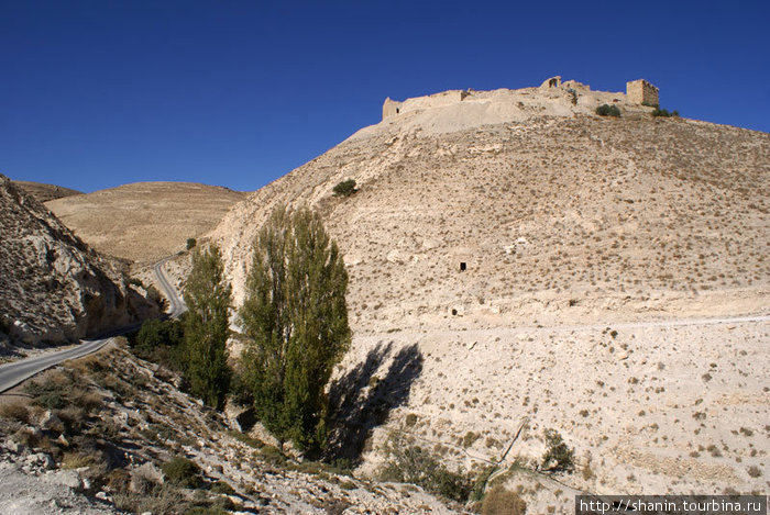 Дорога от замка Монт Реалис к хайвею