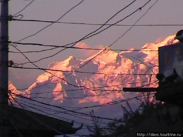 Горы на фоне храма