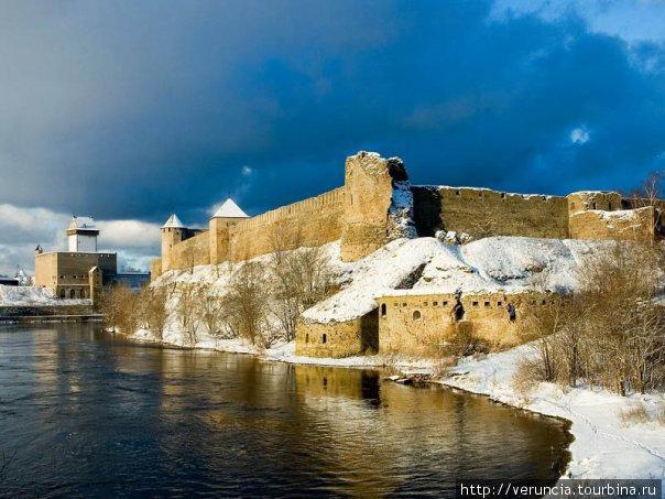 Вид на Ивангородскую крепость и Нарвский замок.