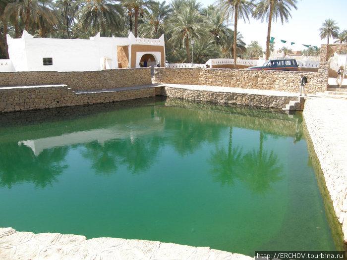 Главный резервуар воды прилегает к городу.