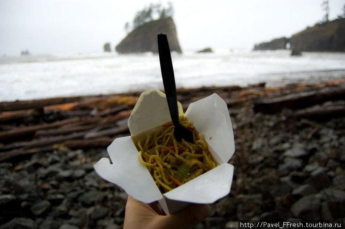 Однако, дабы скрасить мрачность погоды и насладиться местной атмосферой, мы отправились в еще более уединенное место «Пляж номер 2», чтобы перекусить.