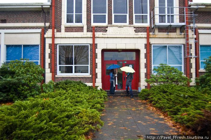 Только туристы в выходной день могут ломиться в обычную американскую школу )) Это не мы. У нас зонтов нет.