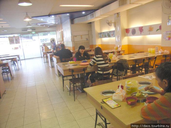 Тайваньская столовая с выемками для кипящих котлов на каждом месте