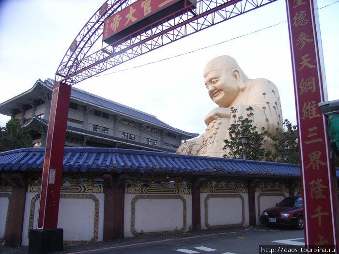 Большой Будда за забором