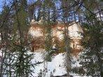 Уже при подходе к пещерке становится очень красиво — начинаются скалы, поросшие хвойным лесом...