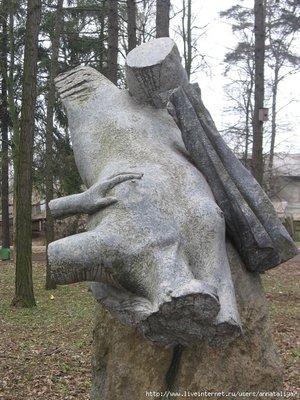 Или вот. Стоит уже в самом парке! Любителям каменной эротики посвящается?
