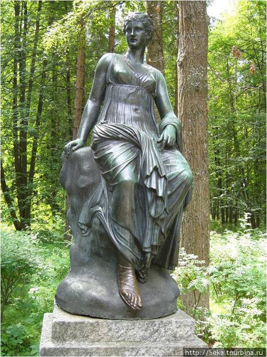 Одна из скульптур — муза истории Клио