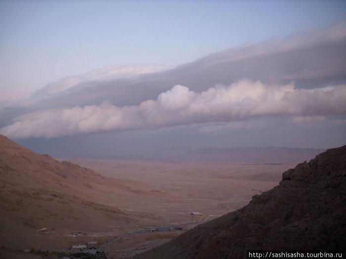 На долину распластавшуюся у подножья горы, можно смотреть бесконечно