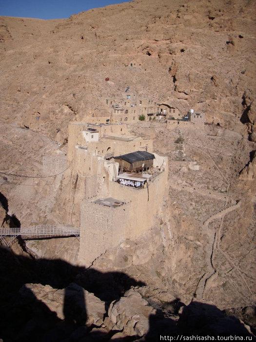 Вид с противоположного склона, на котором строится новое здание, на сам монастырь