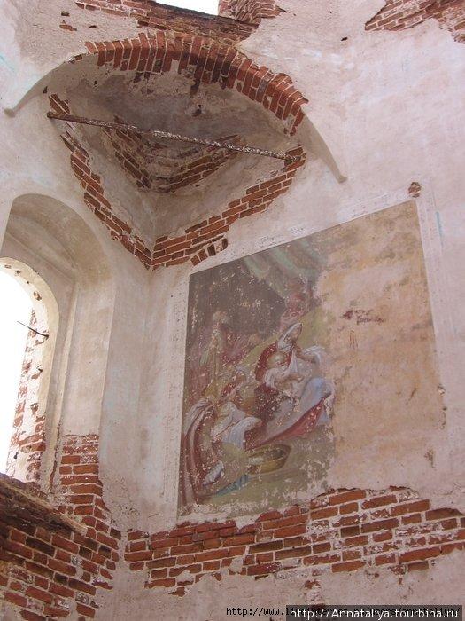 На стенах храма Красногорского монастыря остались сейчас лишь потертые фрески...
