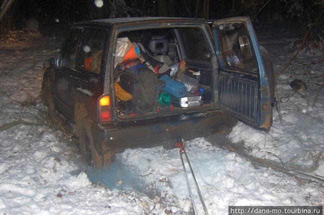 Вытаскивать машину пришлось с помощью альпинистского снаряжения