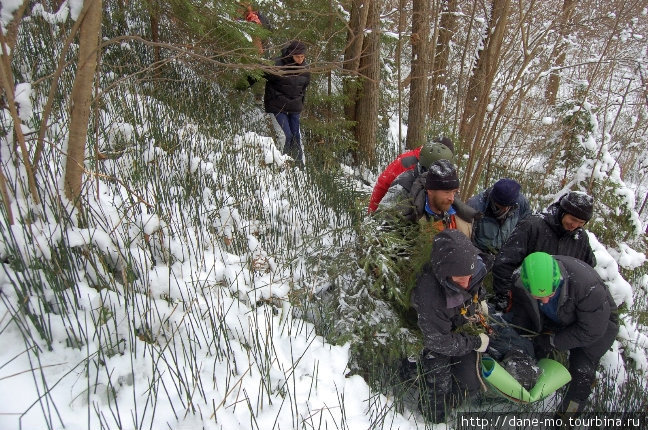 Траверс склона. Обычно тропы в горах рассчитаны на одного человека, поэтому спасателям бывает очень тяжело нести носилки, при этом перелезая через камни и прочие препятствия.
