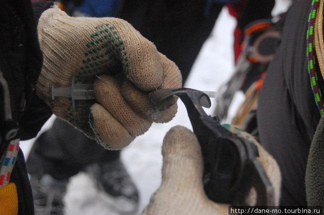 ...лопаткой ледового инструмента...