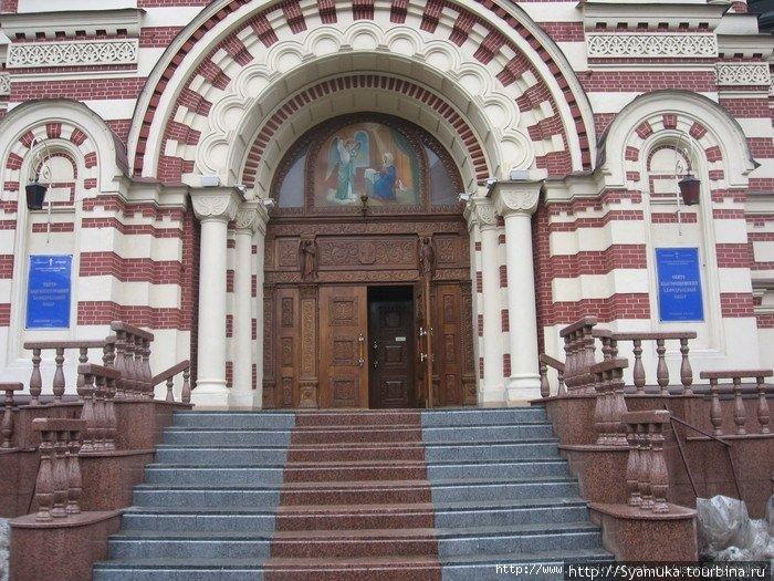 А это центральный вход в храм через колокольню. Мраморные ступеньки, изящные перила, двойные резные двери.