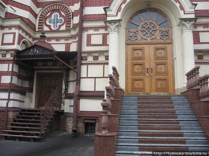 Вход в храм с южной стороны.