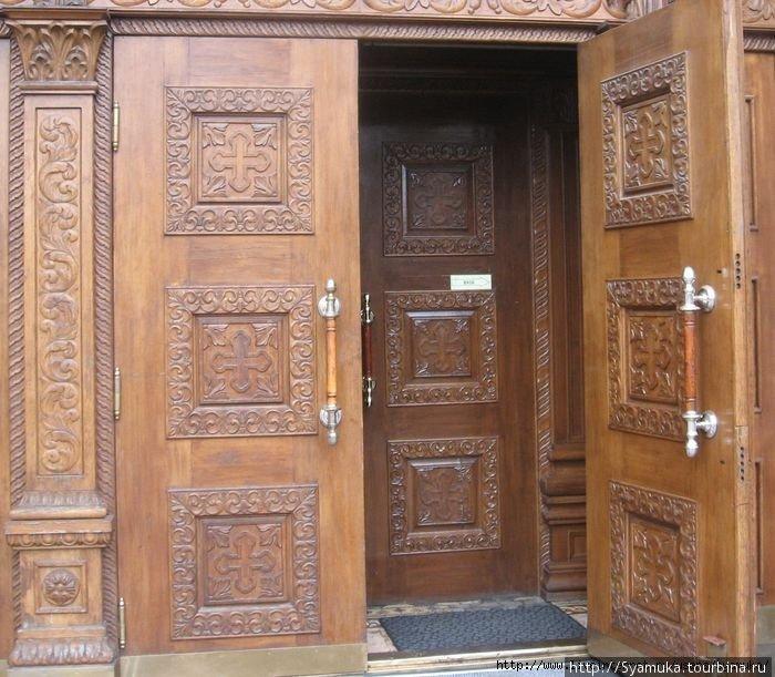 Дверь входа с северной стороны.