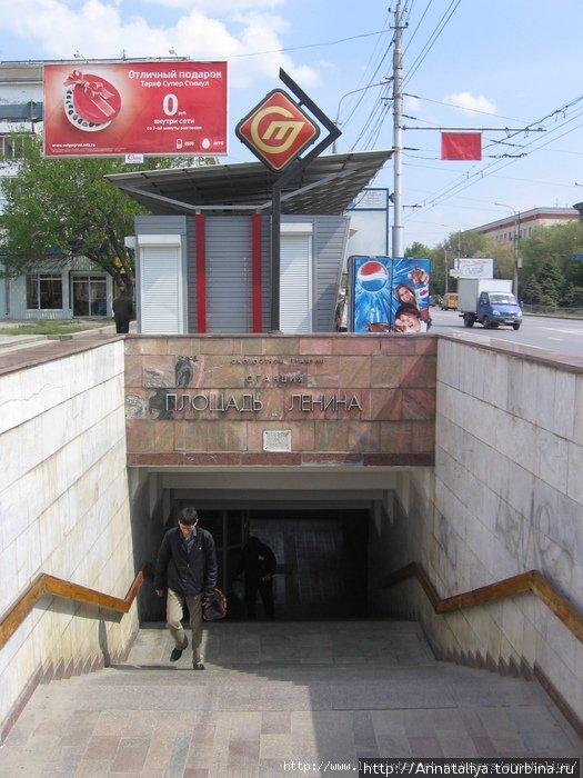 Вот это — вход на станцию скоростного трамвая. А чуть выше значок его обозначения.