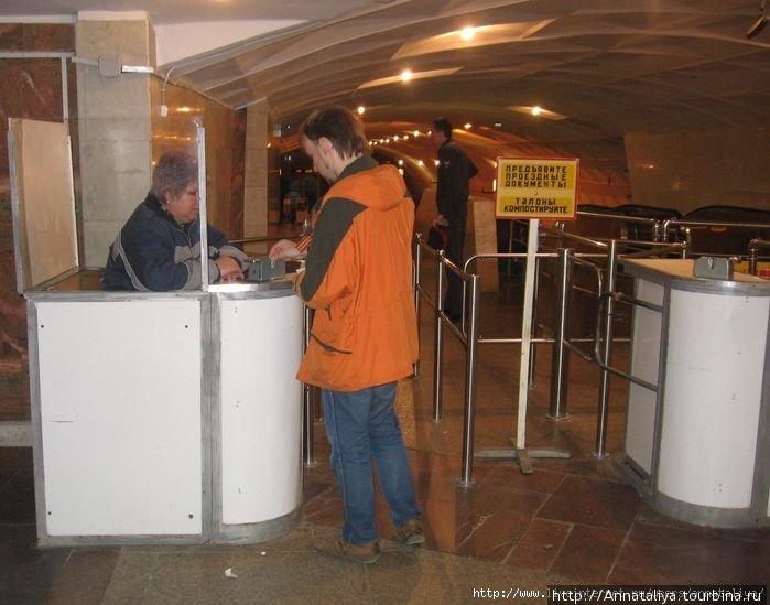 Компостер и турникеты при входе на станцию