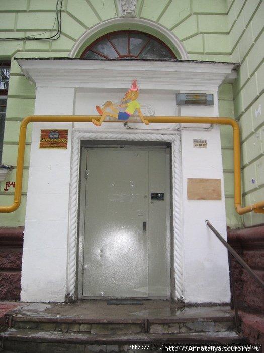 Сразил меня наповал музей Буратино-Пиноккио вот с таким вот фасадом. Я о нем и не слышала никогда! Какого цвета рубашка у Буратино? :)*Annataliya*