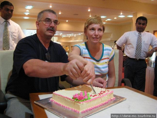 У одного участника тура в этот день было День Рождения, в честь чего был распит чай с тортом прямо на прилавке