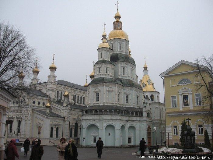 Свято-Покровский монастырь, посередине — Покровский собор.