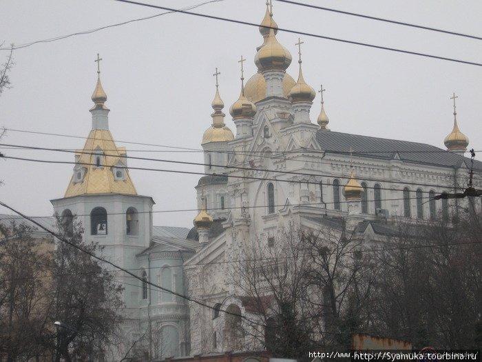 Ансамбль Свято-Покровского монастыря с другой стороны. На переднем плане Озерянская церковь, слева — колокольня Покровского собора. На колокольне установлен колокол весом 1.6 тонны.