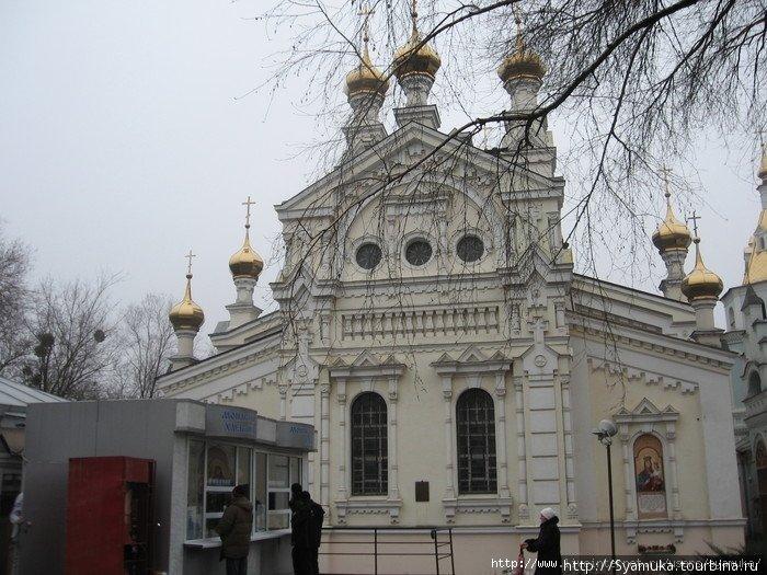 Озерянская церковь. А перед ней стоит киоск с вкусными монастырскими пирогами и хлебом.