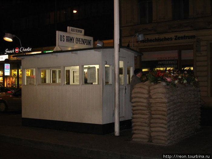 КПП Чекпойнт Чарли. Рядом с ним — музей Берлинской стены