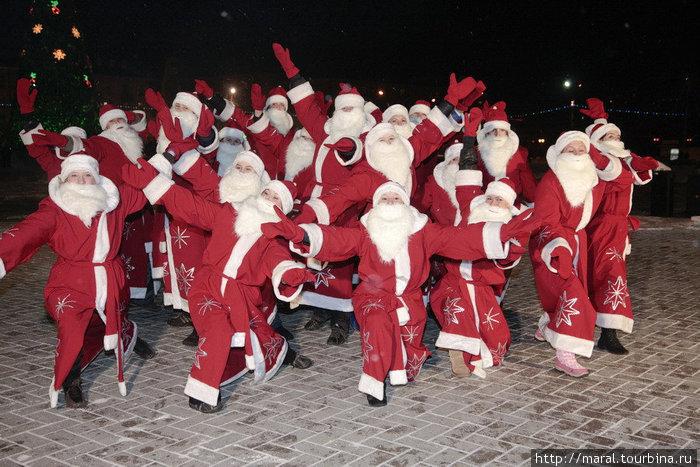 В Рыбинске такого еще не бывало. Еще бы! Декабрьской ночью сразу двадцать краснощеких Дедов Морозов собрались у главной городской ёлки
