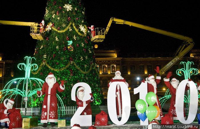 Деды Морозы проверили: хорошо ли в Рыбинске подготовились к новогоднему празднику. Заодно они принарядили 25-метровую красавицу ёлку.