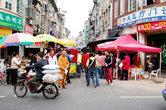 Рынок занимает площадь трех-четырех квадратных километров. Он живет среди бесконечной паутины улочек в этих самых старых кварталах.