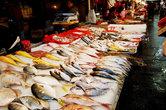 Под ржавыми навесами друг за другом расположены сотни и сотни лотков, с которых ведется торговля рыбой. Морская и речная. Пойманная на воле и выращенная на рыбных фермах...