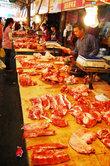 Свинина продается уже разделанная и порезанная на порционные куски. Выбор огромный. Прилавки бесконечные. Никаких гигиенических и ветеринарных сертификатов у продавцов нет. Зачем?