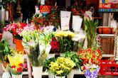 Тут же находится и цветочный магазин. Правильно. Подумал о желудке – подумай и о душе! Ах, китайцы, они такие романтики! Но тут, в Китае, всё как-то по-другому. Как-то проще, что ли.