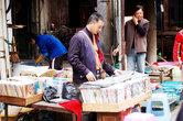 А это продавец компакт-дисков. Он продает видео и аудио. Очень пиратское видео и аудио. Один диск – 5 юаней.