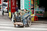 А это китайский рабочий. Он работал и потом устал. Покушал и решил вздремнуть. Это, кстати, нормально. Рабочие тут любят спать в своих тележках.