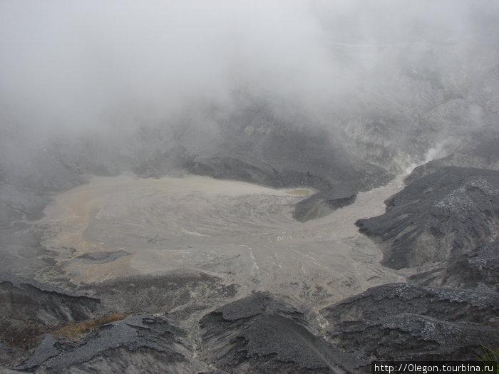 Кратер живого вулкана